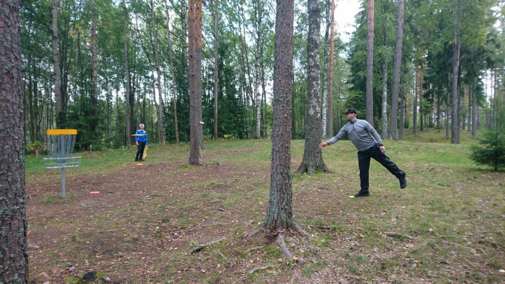 Putus puttaamassa birdietä väylällä #11 Kuva: Ville Lapinmäki / LDG ry